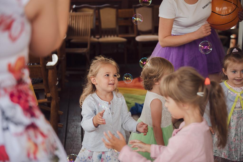 Dzieci bawiące się bańkami mydlanymi