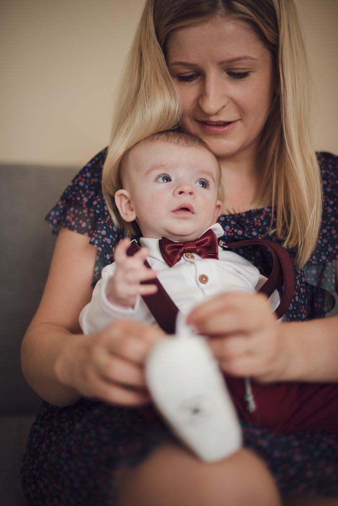Przygotowania do chrztu - ubieranie dziecka