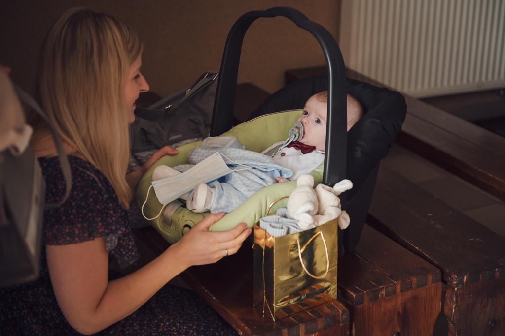 Dziecko w nosidełku przed chrztem świętym
