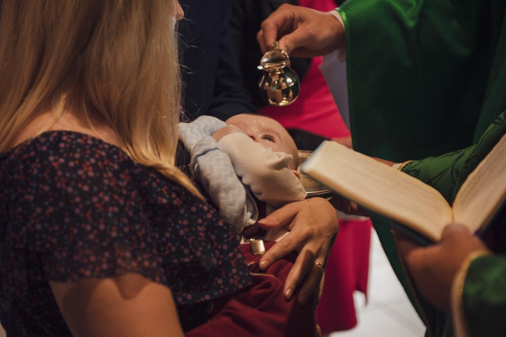 Polewanie wodą święconą głowy dziecka podczas chrztu