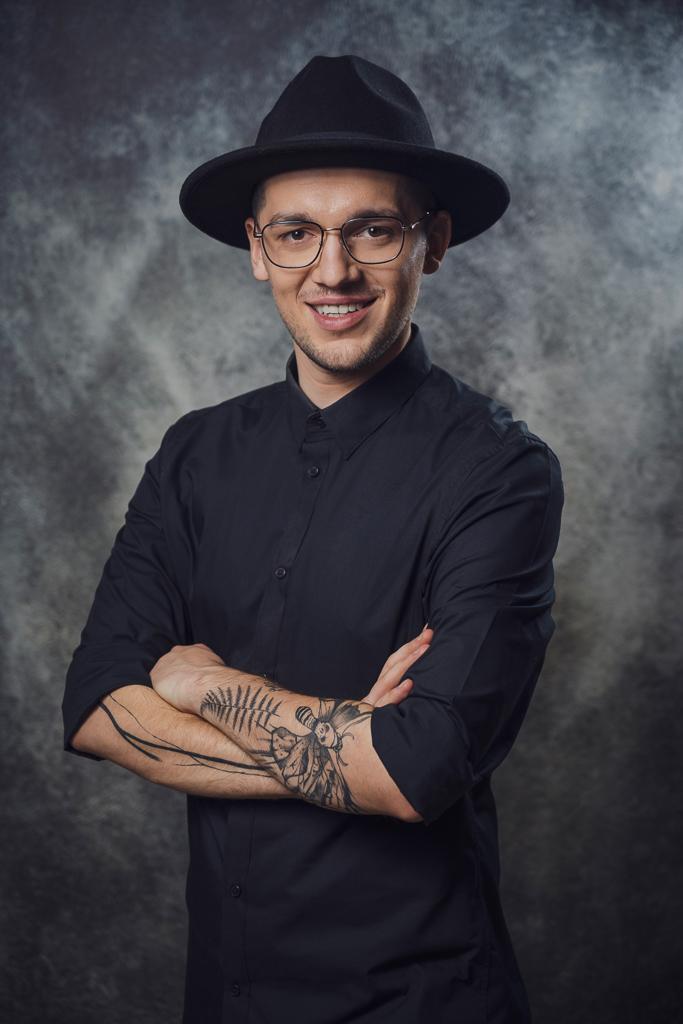 Sesja biznesowa - mężczyzna w kapeluszu i czarnej koszuli