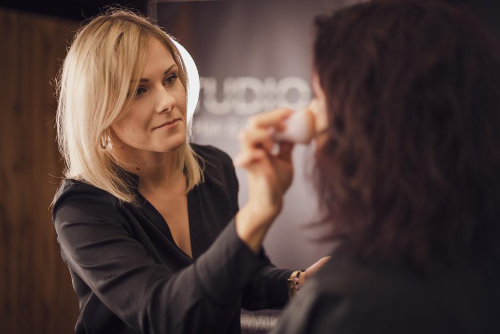 Sesja biznesowa, makijażystka podczas pracy