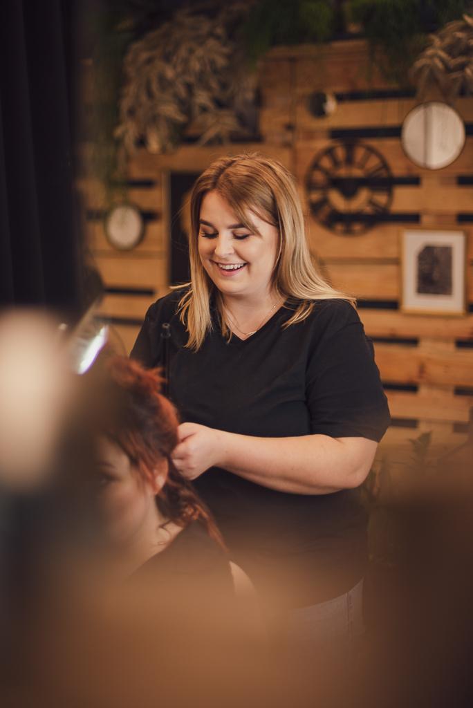 Portret biznesowy fryzjerki podczas pracy