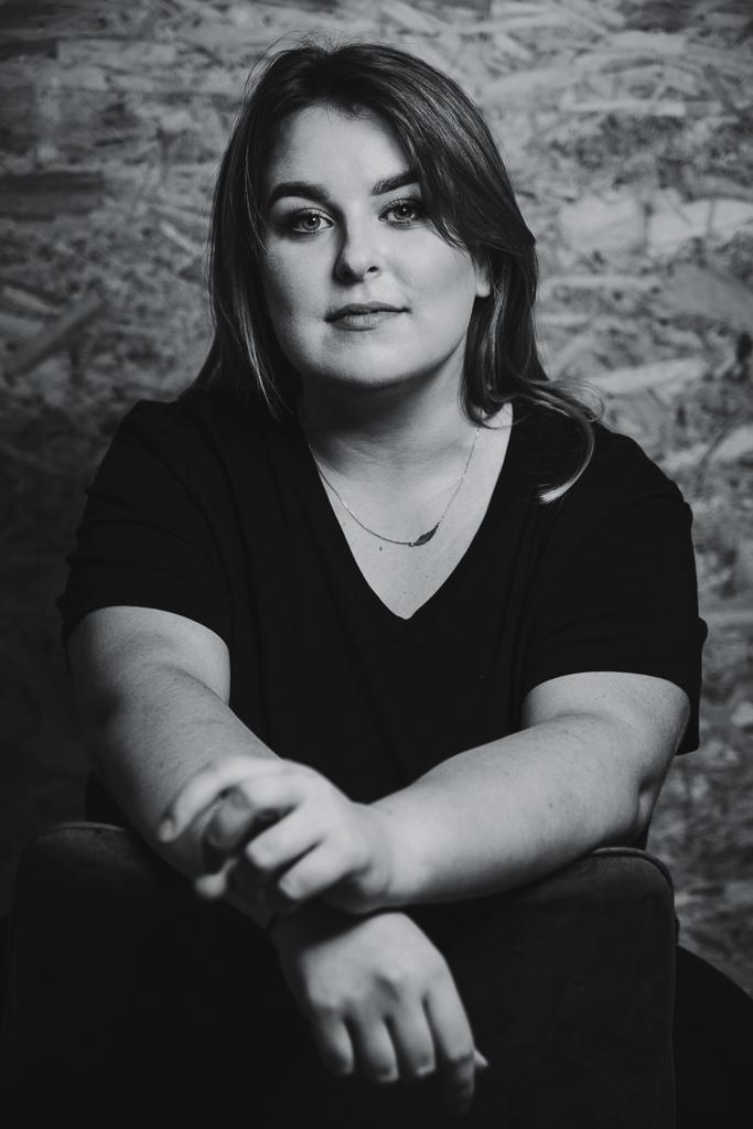 Czarno-białe zdjęcie kobiety z sesji biznesowej