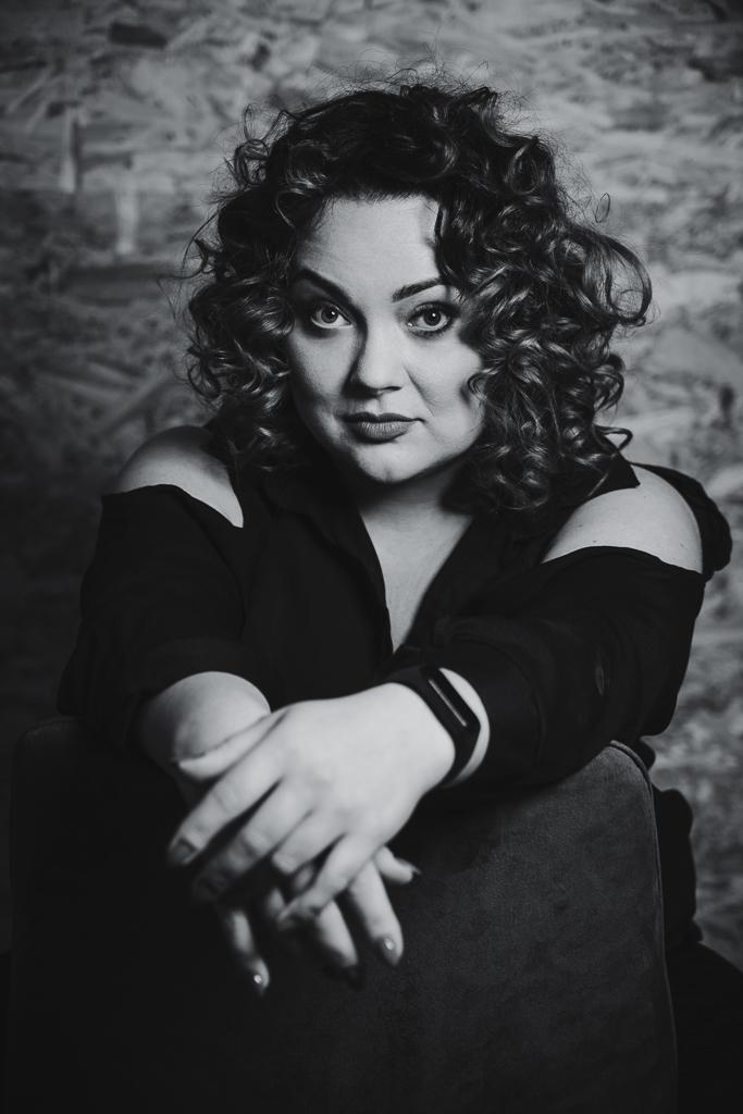 Czarno-białe zdjęcie portretowe, sesja biznesowa