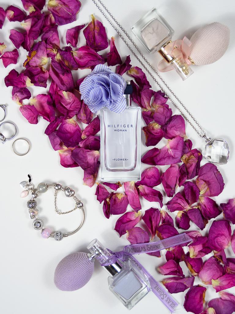 Flat-lay, zdjęcie perfum i kobiecych akcesoriów
